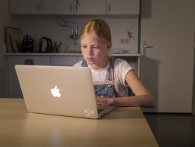 Meisje vult vragenlijst in op laptop